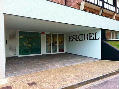 Fachada del Colegio Eskibel en Donostia - San Sebastián.